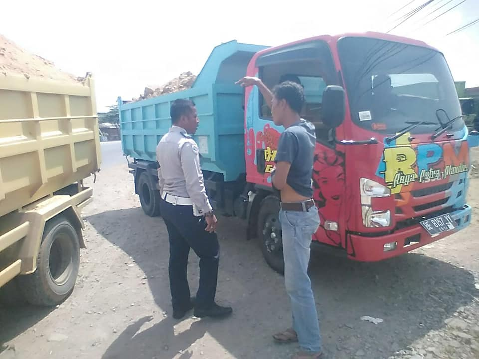 Jaga Keselamatan Pengendara, Dishub Tegur Sopir Truck Angkut Material Tanpa Penutup